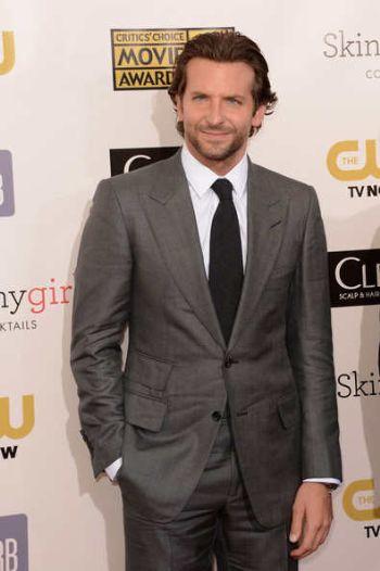 Traje gris Bradley Cooper