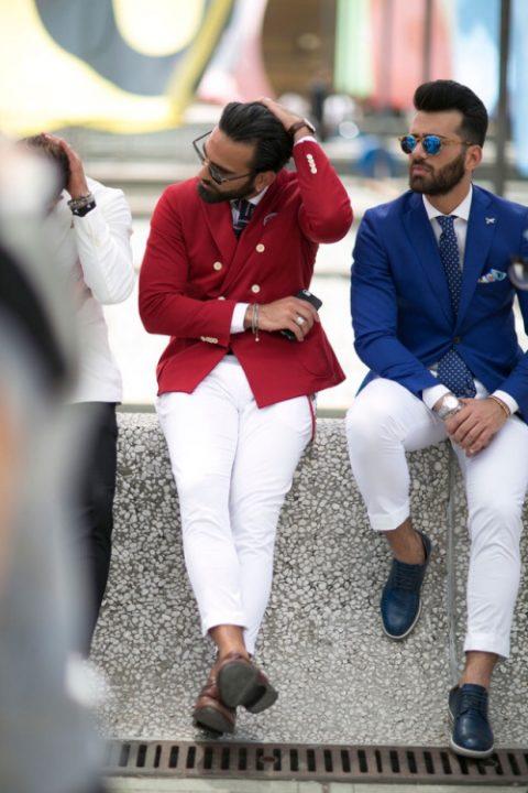 Chaquetas granate y azul con pantalón blanco