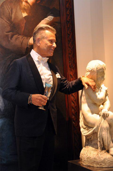 Smoking seda azul solapa tipo chal vestido por Javier de Juana