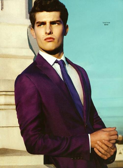 Americana violeta pantalón beige