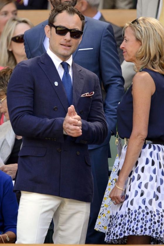 Blazer azul cruzada vestida por Jude Law