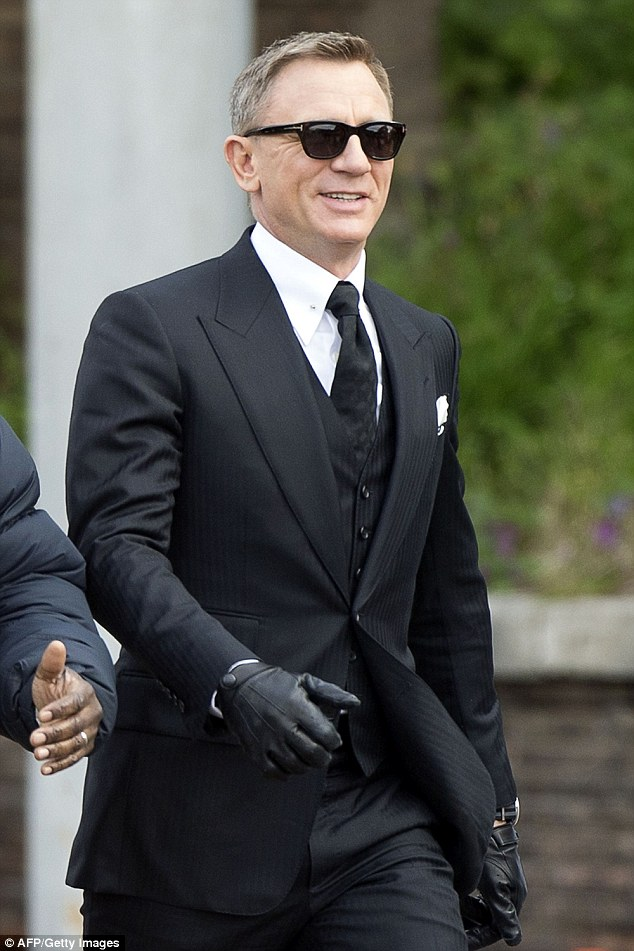 Traje espiga con chaleco vestido por Daniel Craig