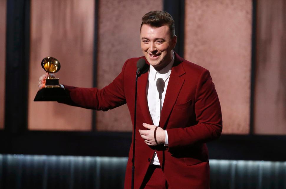 Traje Rojo vestido por Sam Smith gala premios grammy