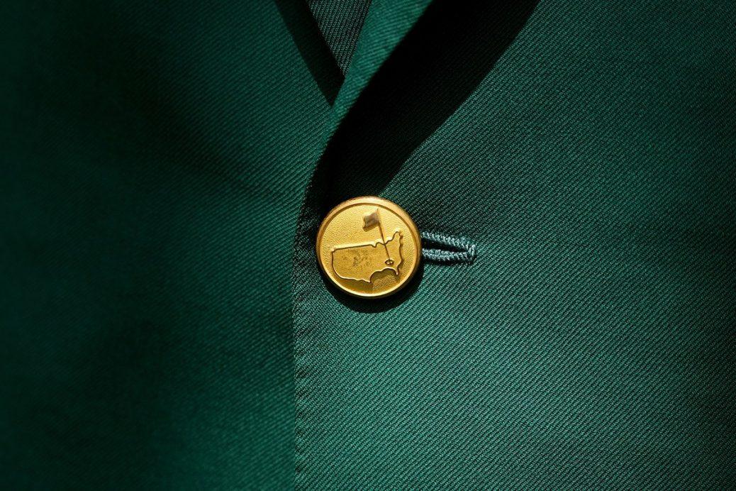 Detalle americana verde Masters de Augusta con botonadura dorada