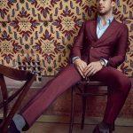 Traje cruzado burdeos vestido por Ryan Gosling