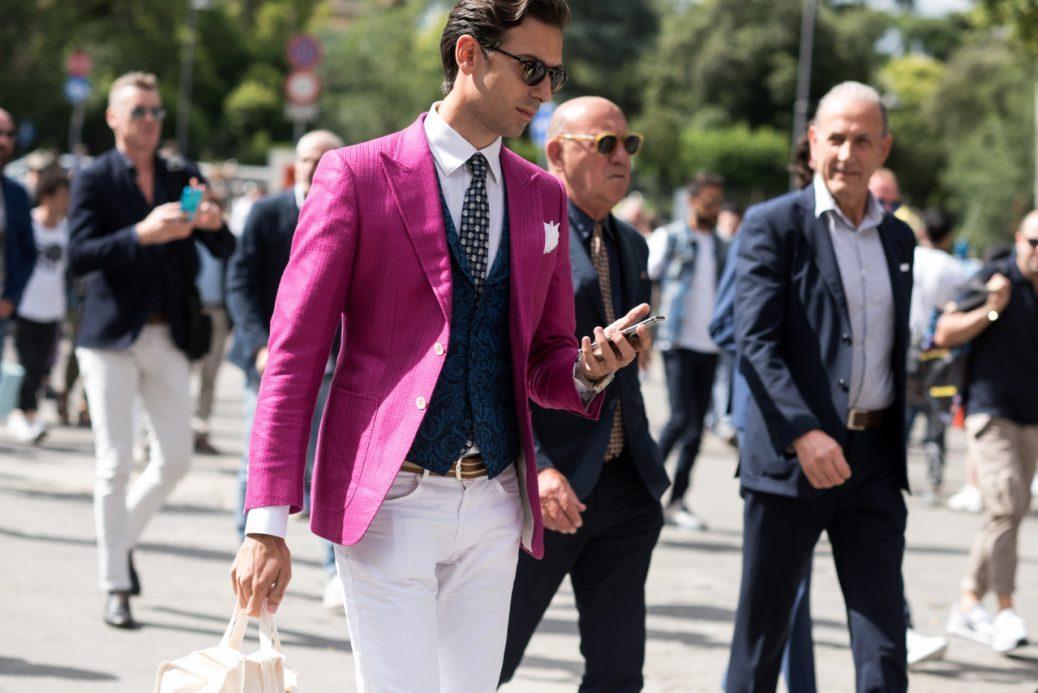 Americana violeta chaleco de una fila y pantalón blanco