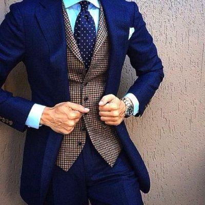 Traje azul eléctrico y chaleco cuadro marron