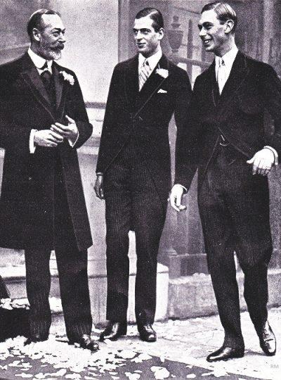 El rey Jorge V (izquierda) con dos de sus hijos, el príncipe Jorge, duque de Kent (centro) y el príncipe Alberto, duque de York (derecha, más tarde el rey Jorge VI).
